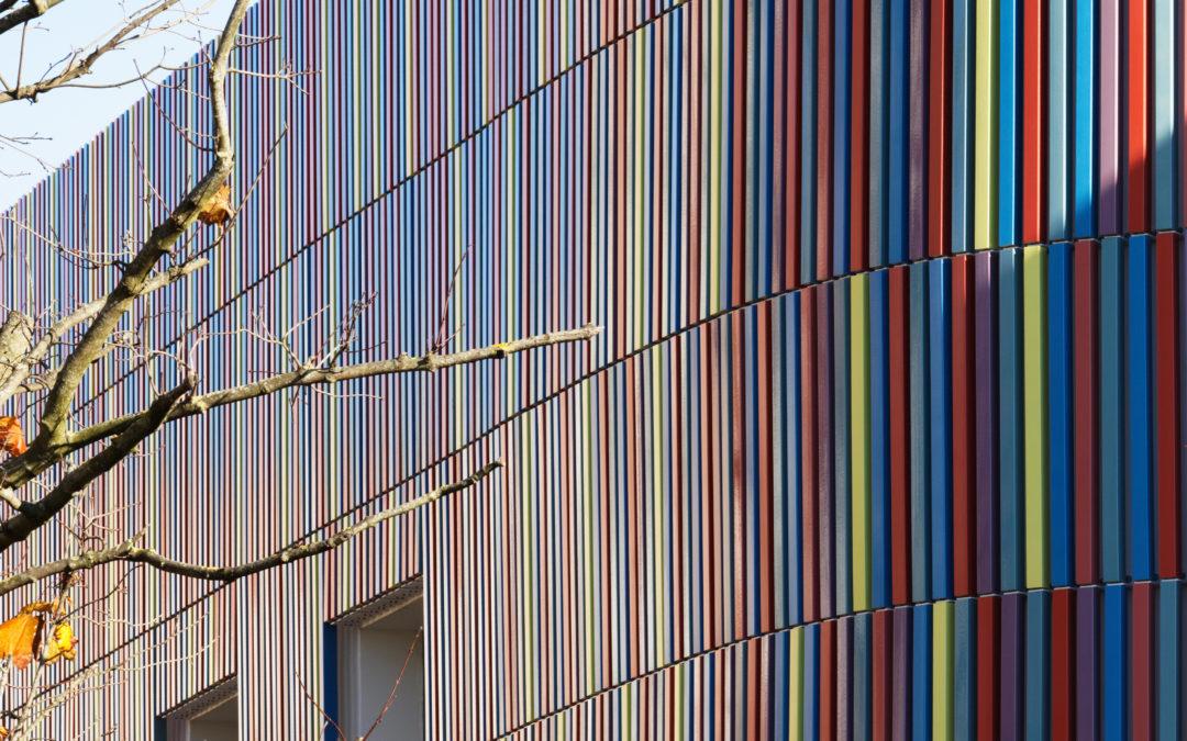 Une école à l'image d'une boîte à crayons : colorée, acidulée, joyeuse et géométrique