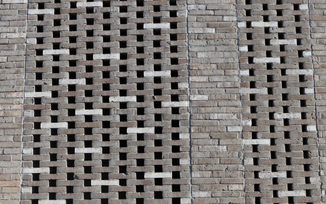 La combinaison briques grises et enduits vivement colorés restitue une belle lumière